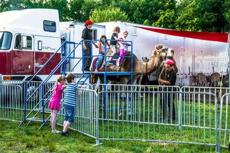 persona viajando: PUENTE VIEJO, NEW JERSEY-junio 8 - Los niños disfrutan de un paseo en camello fuera del Kelly Miller Circo el 8 de junio de 2015, de Old Bridge New Jersey. Editorial
