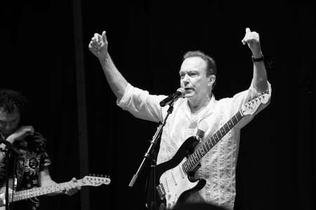 Manalapan, New Jersey JUNI 20 - David Cassidy en lead gitarist Dave robicheau in concert op 20 juni 2015 in Manalapan New Jersey. Redactioneel
