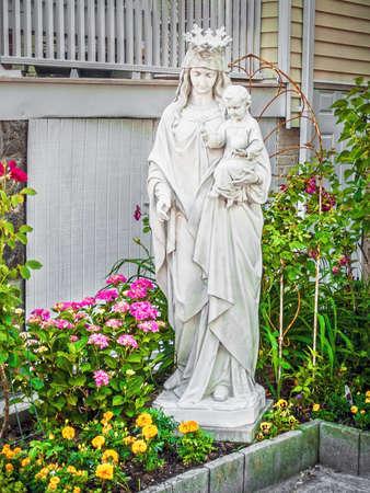 축복받은 어머니와 아기 예 수 동상 집 정원에서.