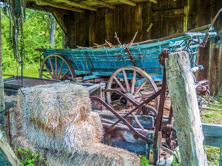 carreta madera: Pacas de heno y un viejo vag�n de madera en este granero en Millbrook Village en el norte de Nueva Jersey.