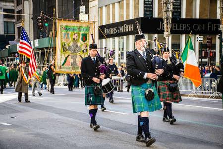 gaita: NUEVA YORK-MARZO 17- manifestantes con gaitas vestidos con faldas escocesas marchan en el desfile del día de San Patrickâs en el 5 Ave en la ciudad de Nueva York.