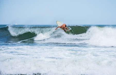 サーファー春湖ニュージャージー州の海岸に沿って波に乗ってください。