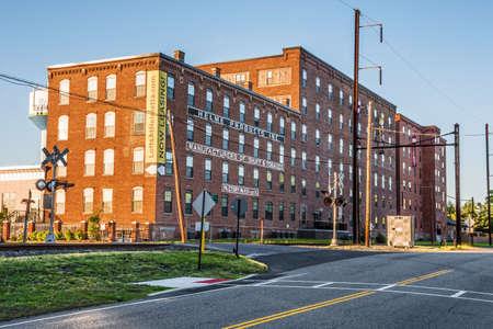 rape: HELMETTA, NUEVA JERSEY, - 3 DE MAYO: La fábrica histórica de los productos de Helme ahora convertida a los desvanes para vivir según lo visto el 3 de mayo de 2016 en casco NJ. Editorial