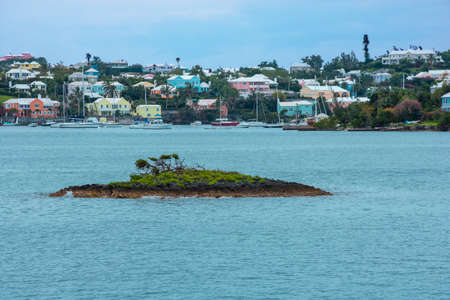 Colorful homes, small islands and turquoise colored water of Bermuda. Imagens