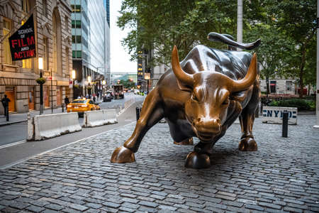 NEW YORK-SEPTEMBER 21: The famous bull of Wall St early in the morning on September 21 2018 in New York City. Publikacyjne