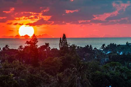 Ein dramatischer Sonnenaufgang über dem Meer in Fort Lauderdale Florida. Standard-Bild