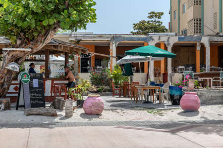 PHILLIPSBURG, ST. MARTEEN - JULY 11 - Colorful boardwalk cabana bars with tourists and local people on July 11 2018 in Phillipsburg, St. Marteen. Imagens - 130878389