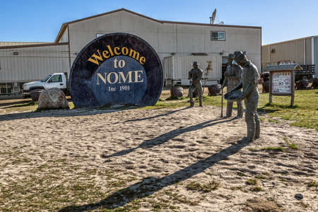NOME, ALASKA - JUNE 10: The Gold Panning memorial with the three lucky Swedes  statues as seen on June 10 2019 in Nome Alaska. 新聞圖片
