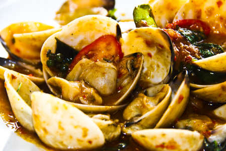 Clams fried in spicy sauce