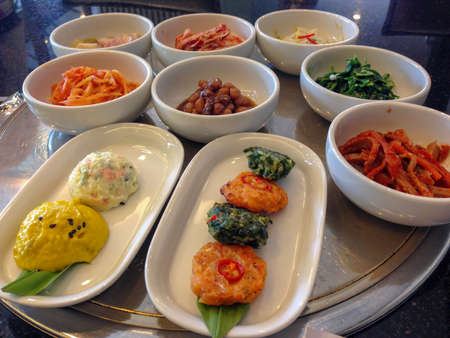 Korean side dish's many kind of flavour and vegetables, such as spinach, sprouts, peanut, mashed pumpkin, mashed potatoes, gingers and main side dish kimchi 스톡 콘텐츠