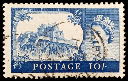 BRETAGNA - CIRCA 1967: Un vecchio francobollo britannico dieci scellini mostrando il castello di Edimburgo e il ritratto della regina Elisabetta II, circa 1967