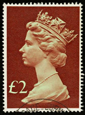 queen elizabeth: UNITED KINGDOM - 1977 - 1984: An English �2 Used Postage Stamp showing Portrait of Queen Elizabeth 2nd, 1977 - 1984