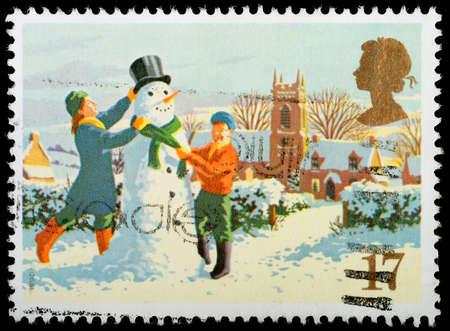REGNO UNITO - CIRCA 1990 Un britannico usato francobollo di Natale che mostra bambini Costruire un pupazzo di neve, circa 1990