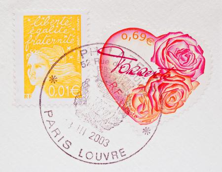 FRANCIA - CIRCA 2003 Un cuore a forma di Stamp mostrando rose rosse e rosa su una busta bianca, con un altro timbro e Parigi, circa 2003