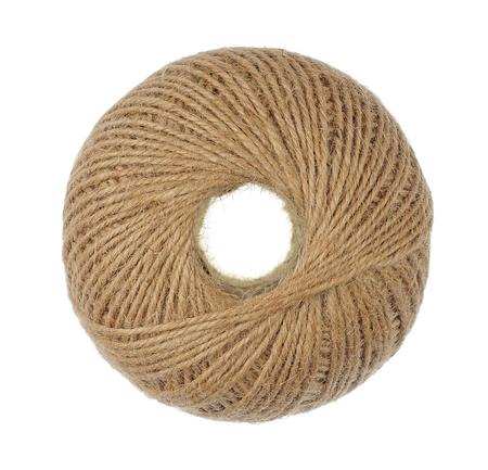 Palla di corda naturale isolato su bianco