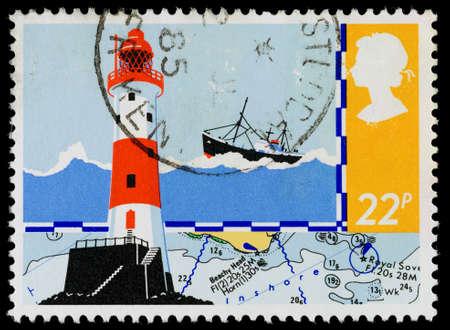 REGNO UNITO - CIRCA 1985: Un francobollo usato stampato in Gran Bretagna mostra Beachy Head Lighthouse e carta di navigazione per la sicurezza in mare, circa 1985