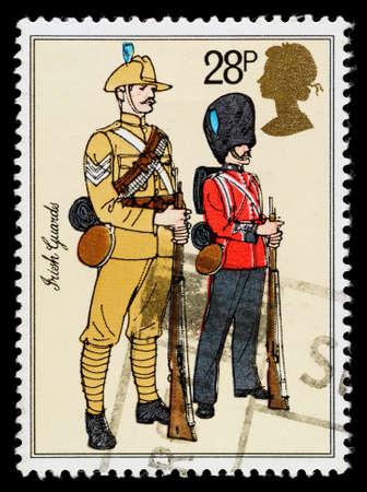 REGNO UNITO - CIRCA 1983: Un francobollo usato stampato in Gran Bretagna per celebrare uniformi dell'esercito britannico, mostrando Guardie irlandesi, circa 1983