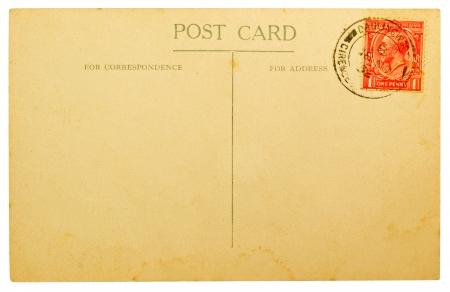 BRETAGNA - CIRCA 1932 Bianco antico posteriore di una cartolina con Annullato britannica One Penny timbro rosso isolato su sfondo bianco, circa 1932