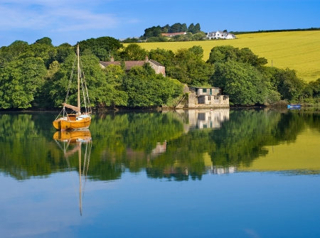 Early Morning Reflections in barca a Salcombe, Devon, Inghilterra