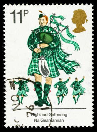 gaita: REINO UNIDO - CIRCA 1976: Un sello impreso utilizado en Gran Bretaña celebra las tradiciones culturales británicos, mostrando escoceses Piper con gaitas, alrededor de 1976