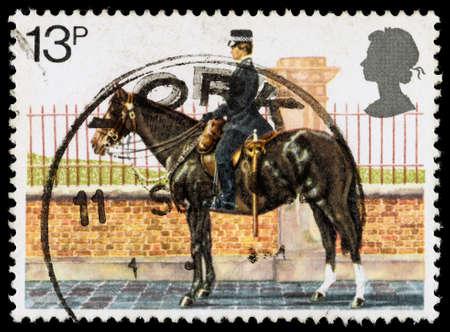 femme policier: ROYAUME-UNI - CIRCA 1979: Un timbre utilis� imprim� en Grande-Bretagne c�l�bre le 150e anniversaire de la police m�tropolitaine montrant une femme policier � cheval, vers 1979