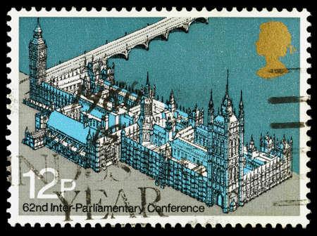 REGNO UNITO - CIRCA 1975: Un francobollo stampato utilizzato in Gran Bretagna che mostra il Palazzo di Westminter conosciuta anche come la Casa del Parlamento, circa 1975