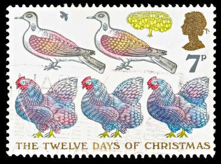 kuropatwa: WIELKA BRYTANIA - OKOŁO 1977: Stempel używany Boże Narodzenie Postage Carol The przedstawiający Twelve Days of Christmas pokazując francuskie kury, Turtle Doves i Partidge w gruszą, około 1977 Publikacyjne