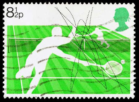 REGNO UNITO - CIRCA 1977: Un francobollo stampato in Gran Bretagna utilizzato celebrare Racket Sports mostrando Lawn Tennis, circa 1977