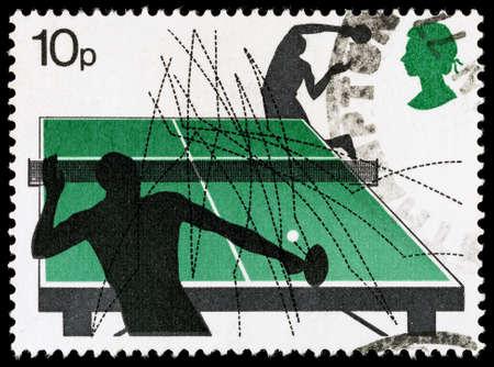 pingpong: REINO UNIDO - CIRCA 1977: Un sello de correos impreso utilizado en Gran Bretaña celebra Deportes de raqueta mostrando Ping pong, alrededor del año 1977