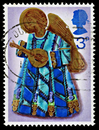 REGNO UNITO - CIRCA 1972: Un francobollo britannico Postage usato che mostra un angelo che suona il liuto, circa 1972