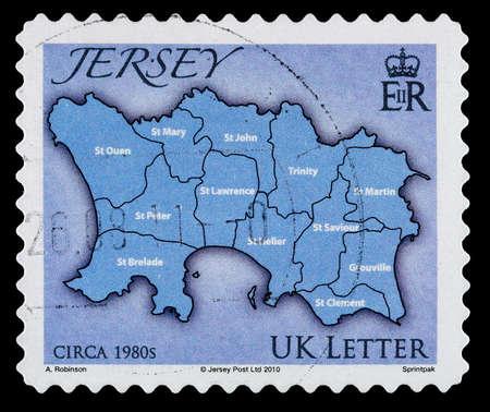 Jersey, Isole del Canale - CIRCA 2010: Un francobollo usato che mostra una mappa del Isalnd di Jersey nelle Isole del Canale