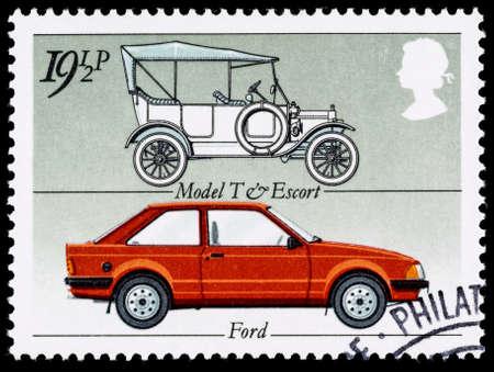 sello: REINO UNIDO - CIRCA 1982: Un británico sello utilizado postales que celebra el Salón del Automóvil Industria Británica, mostrando un Ford Modelo T y Ford Escort coche Editorial