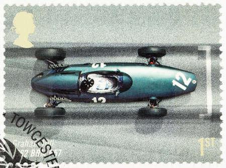 timbre postal: REINO UNIDO - CIRCA 2007: Un sello impreso utilizado en Gran Bretaña para celebrar el 50 Aniversario del GP de Gran Bretaña que muestra Granham Hill en un BRM P57 1962 Editorial