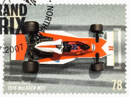 timbre postal: REINO UNIDO - CIRCA 2007: Un sello impreso utilizado en Gran Bretaña para celebrar el 50 Aniversario del GP de Gran Bretaña que muestra James Hunt en un McLaren M23 1976 Editorial