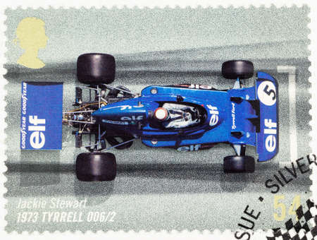 timbre postal: REINO UNIDO - CIRCA 2007: Un sello impreso utilizado en Gran Bretaña para celebrar el 50 Aniversario del GP de Gran Bretaña que muestra Jackie Stewart en un Tyrrell 1973 Editorial