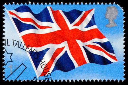 timbre postal: REINO UNIDO - CIRCA 2001: Un sello impreso utilizado en Gran Bretaña celebra banderas y enseñas que muestran la bandera de Union Jack