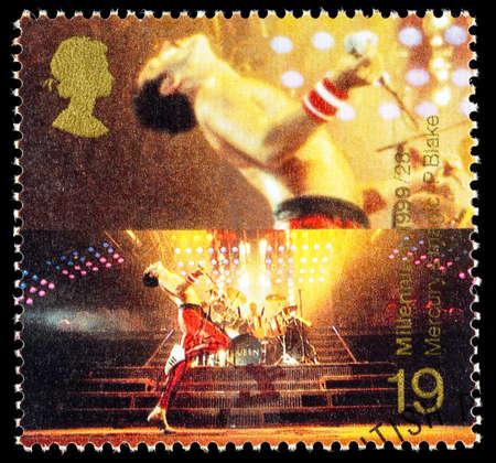 timbre postal: Reino Unido - alrededor de 1999: Un sello impreso en Gran Bretaña utilizado Animadores celebrando que muestran Freddie Mercury, el cantante de la banda de la música pop de la reina
