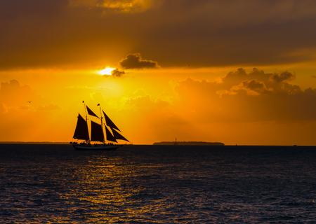 clave sol: Schooner de la navegaci�n en la puesta del sol, Key West, Florida Foto de archivo