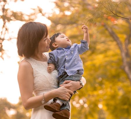 niños chinos: Asia madre e hijo se divierten al aire libre