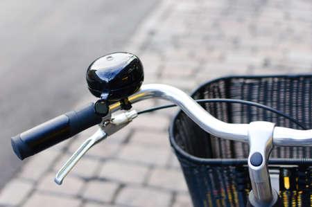 Zwarte glanzende fietsbel en front mand