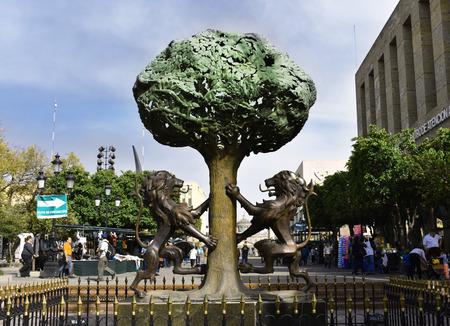 Statue lions and a tree Banco de Imagens - 102980565