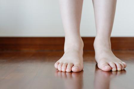 Blote voet op de vloer Stockfoto