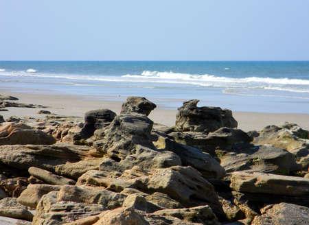 coquina: Olas estrell�ndose a tierra una playa coquina.