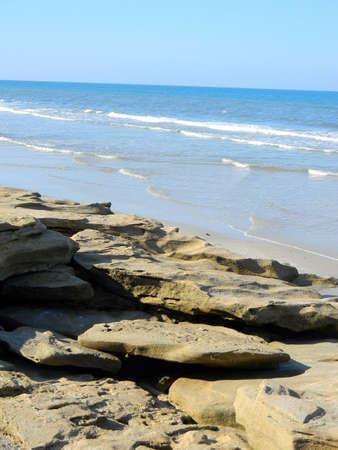 coquina: Coquina rocas a lo largo de las aguas del oc�ano azul de una playa de Florida.