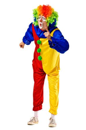 clown cirque: Angry clown, secouant son doigt et froncer les sourcils Isolé Banque d'images