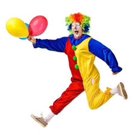 Portret szczęśliwa skoków clown z balonami samodzielnie nad białym