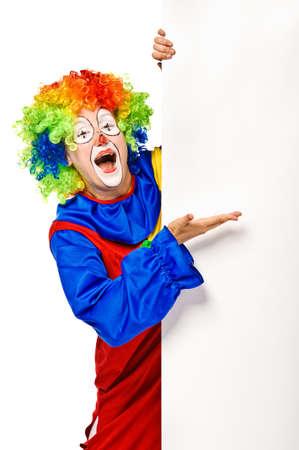 clown cirque: Clown heureux tenant le tableau blanc isolé