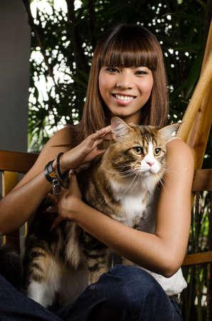 maine coon: Sch�ne Frau, die eine Maine Coon Katze Lizenzfreie Bilder