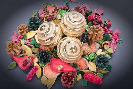 flores secas: pieza central con bola de Navidad y flores secas Foto de archivo