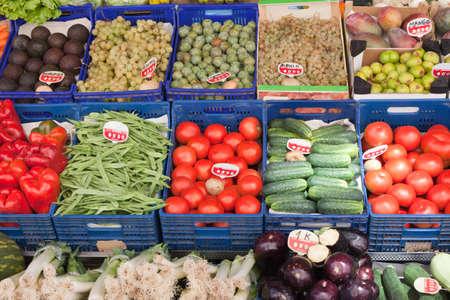 cajones con una variedad de frutas y verduras en el mercado Foto de archivo - 10530153